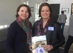 Suzana Rieke vom Bildungswerk der Nordrhein-Westfälischen Wirtschaft im Gespräch mit Karin Küßner vom BIBB zur Alphabetisierugn und Grundbildung